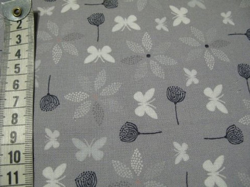Grå bund med blomster i sort og grå samt lys sommerfugl