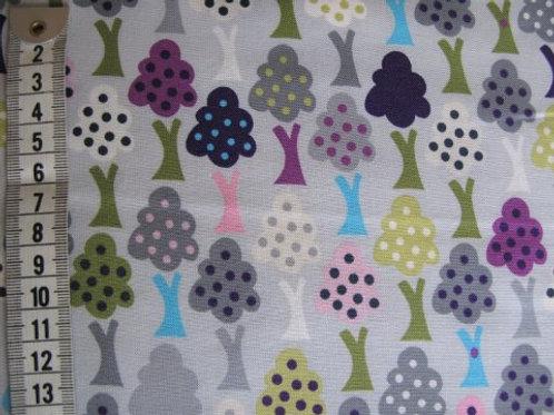 Lys grå bund m. træer i flere farver