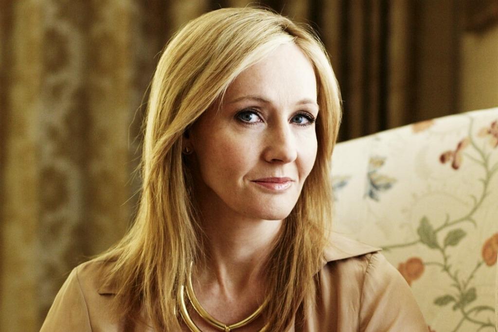 """7º) J.K. Rowling  Ganhos: US$ 19 milhões (empatado)  Principais obras: Saga """"Harry Potter"""" – Editora Rocco e """"Morte Súbita"""" – Editora Nova Fronteira"""