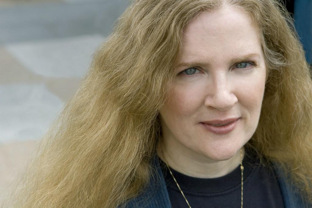 """11º) Suzanne Collins  Ganhos: US$ 13 milhões (empatado)  Principais obras: Trilogia """"Jogos Vorazes"""" – Rocco Jovens Leitores"""