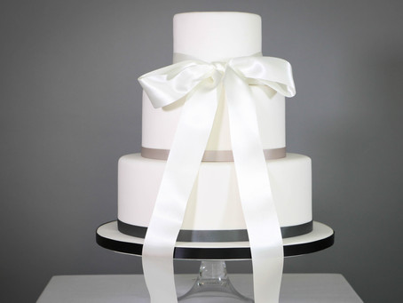 DIY wedding cake: Elegant black and white
