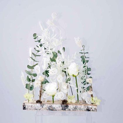 Trockenblumen gesteckt auf Birkenstamm