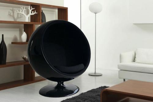 BALL Chair acabado en fibra de vidrio color negro y tapizado interior en tela 100% algodón alta calidad.