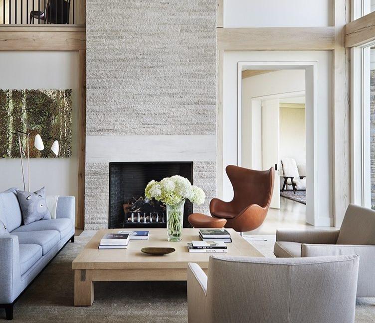 Egg Chair color café caramelo, se integra perfectamente con texturas como madera y piedra en tonos beige.