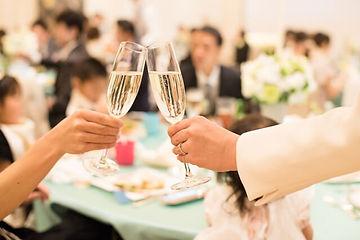 結婚式で乾杯する二人