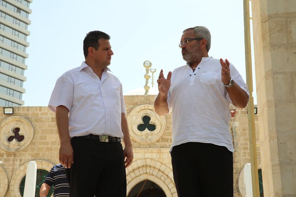 النائب أيمن عودة بزيارة تفقدية لمسجد حسن بيك بعد الاعتداء عليه