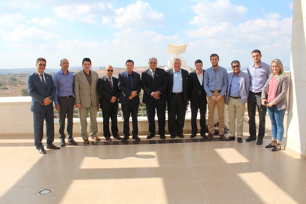 النائب عودة يلتقي إدارة وطلاب الجامعة الأمريكية في جنين