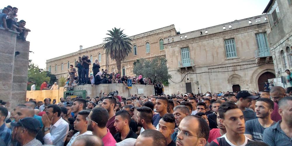 النائبان عودة وتوما يشاركان أهالي القدس الاحتجاج في المسجد الأقصى