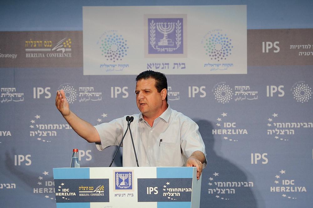 النائب أيمن عودة خلال مشاركته في مؤتمر هرتسيليا
