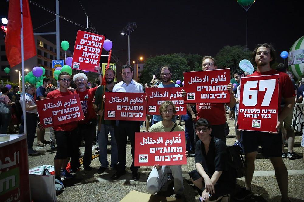 النائب أيمن عودة رئيس القائمة المشتركة في مظاهرة تل ابيب
