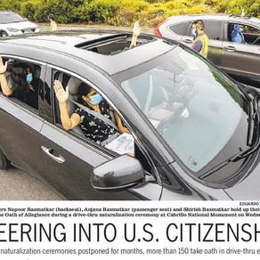 Más de 150 personas protestaron Drive-Thru para convertirse en ciudadanos estadounidenses.