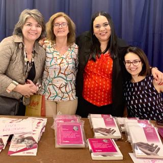 Estande da ABRAz SP no evento - Lina Menezes (Tudo sobre Alzheimer) e Eva Bettine, Thaís Bento Lima e Ana Luisa Rosas (ABRAzSP)