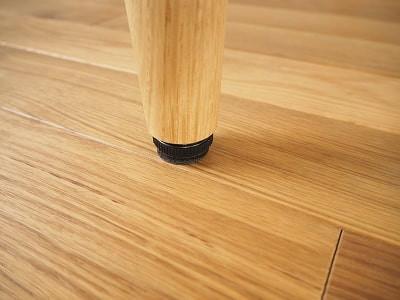 脚にはアジャスターをつけています。床のレベルに合わせてガタツキをなくすことが出来ます。