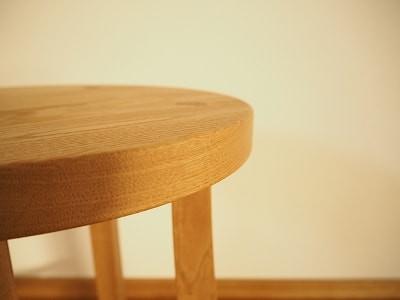 スツールの座面は小さな坊主面をとっています