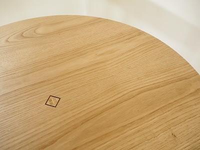 寄木細工の工法で幾何学模様を作りました。シオジ、キハダ、ウォールナットを使用しています。