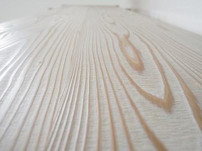 棚板は、木目を強調するために浮造り仕上げにしています。浮造りとは、木目の柔らかい部分を削って、凹凸をつけることです。