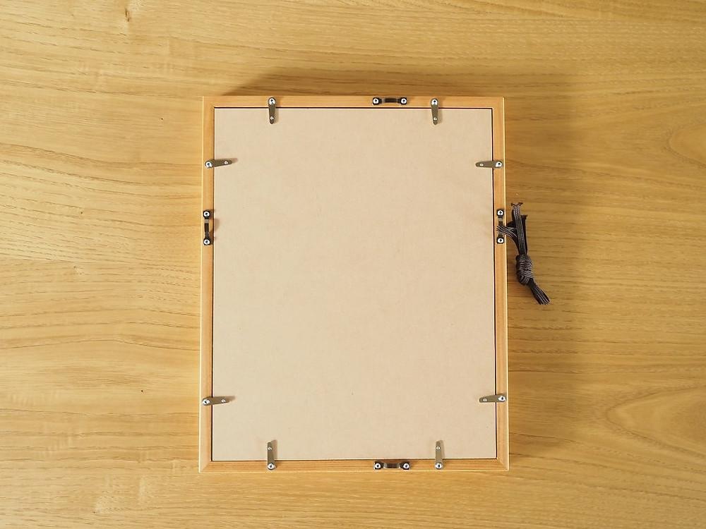アクリル、マット、白紙、厚み調整材、裏板、吊金具、とんぼ、紐が付属します