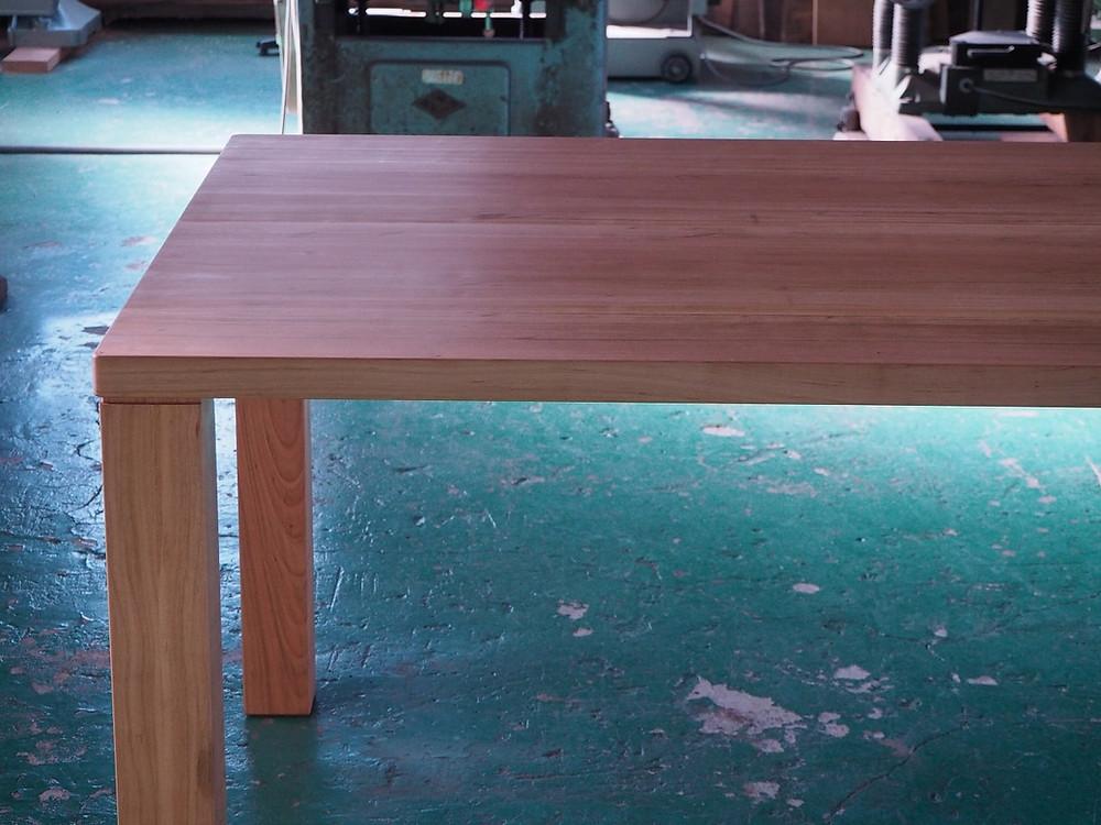 国産のサクラ(ヤマザクラ)で製作した6人がけのダイニングテーブルです