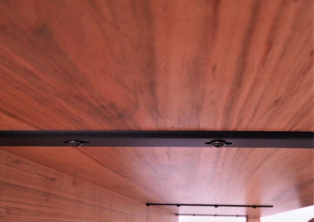 天板の裏に鉄製の反り止めを埋め込んでいます
