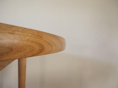 テーブルの周囲はカマボコ状に削っています