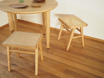 籐張りのスツールと丸テーブル