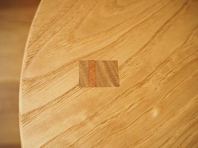 四角いホゾを座面に貫通させ、上からクサビを打ち込んでいます