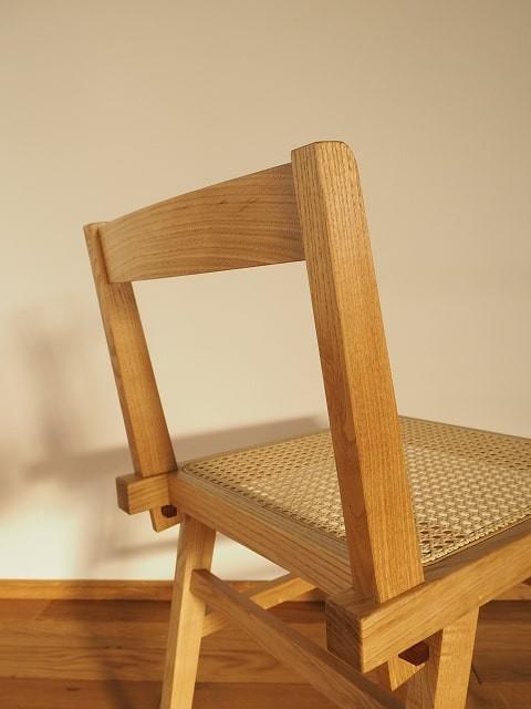 椅子の背は、クサビ差しホゾ接ぎという技法で組み立てています。