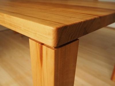 テーブルの角は小さく丸めています