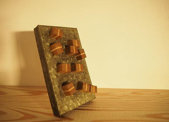 キハダとシオジで製作した寄木のマグネットです。
