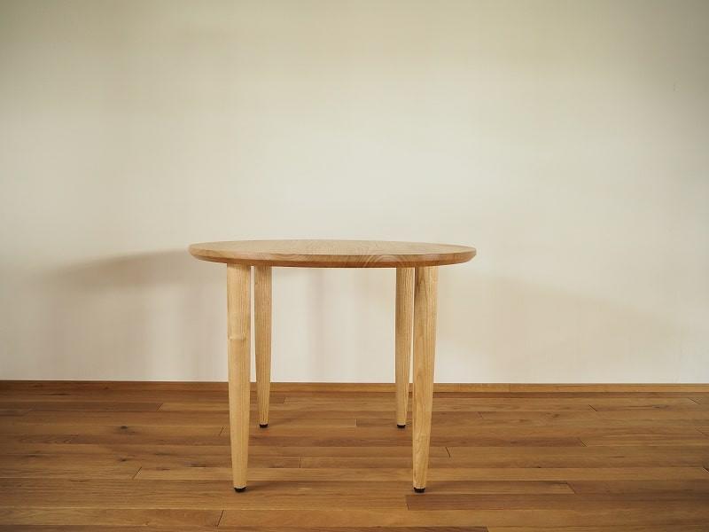 クリ材で作ったシンプルな形の丸テーブル(ラウンドテーブル)です。