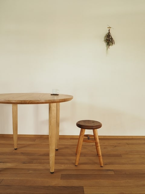クリ材で作ったシンプルな形の丸テーブルです。