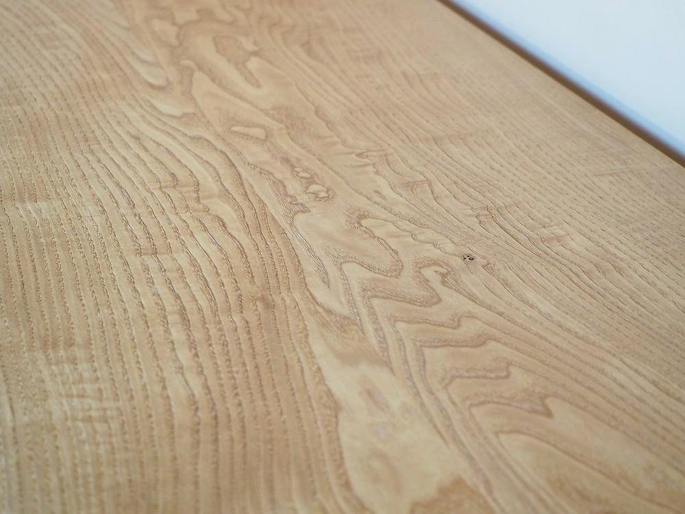 力強い木目の天板のデスク