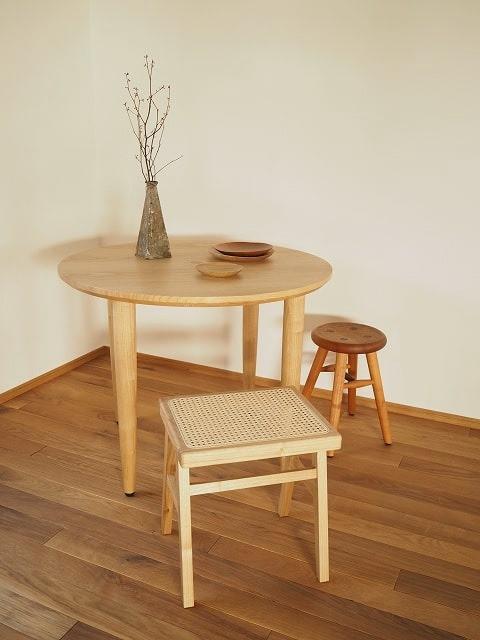 ラウンドテーブルとラタンスツール