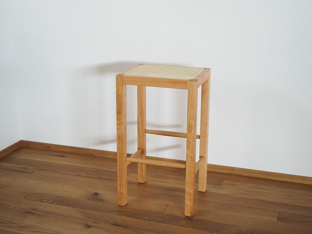 座面にラタンを張ったキッチン用ハイスツール(キッチンスツール)