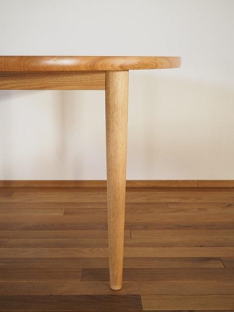 テーブルの脚は、円錐状で、わずかに膨らみを持たせています