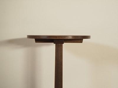 テーブルの支柱は上に行くほど細くなるよう、テーパー加工をしています