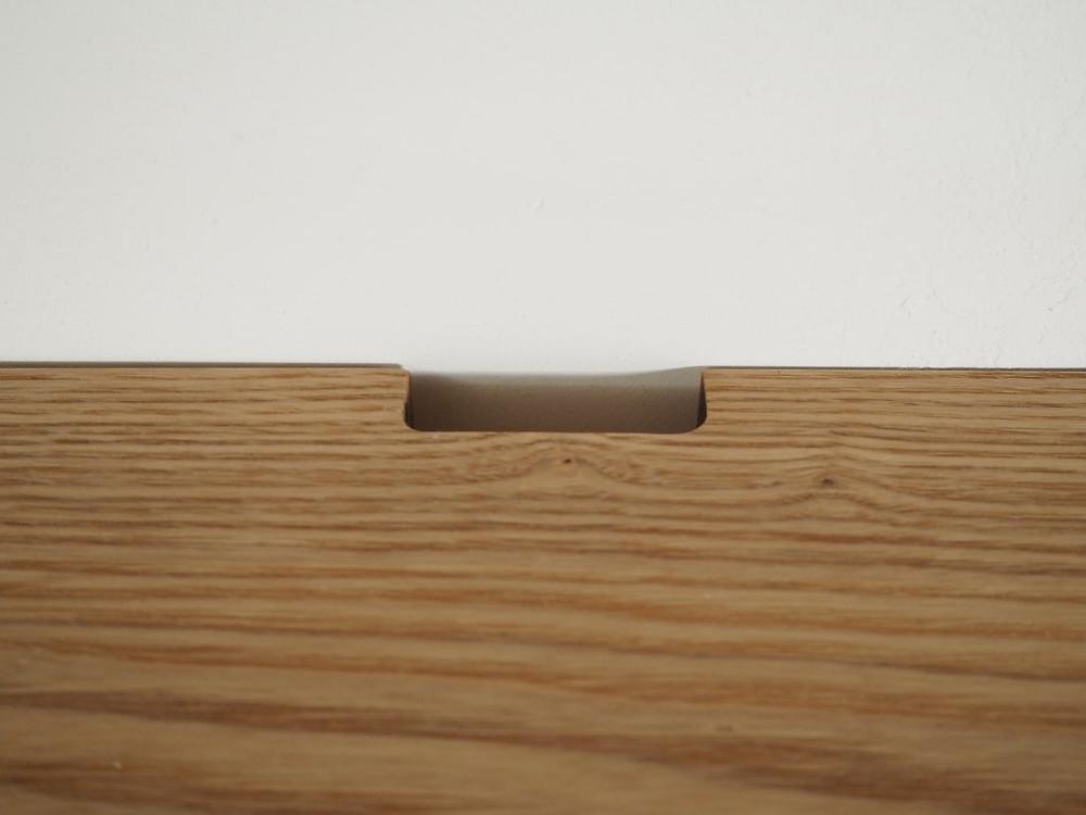 天板には配線を通す穴をあけています