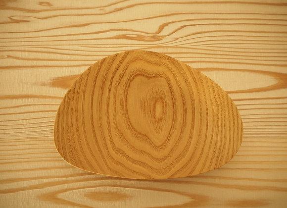 国産のクリの木で作ったお皿です。貝殻をイメージして作りました。