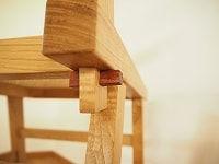 椅子の背をクサビで固定しています