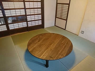 修理が完了したちゃぶ台。ゲストハウスに納品したところ。