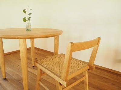 クサビ差しホゾ接ぎという技法を用いた籐張りの椅子