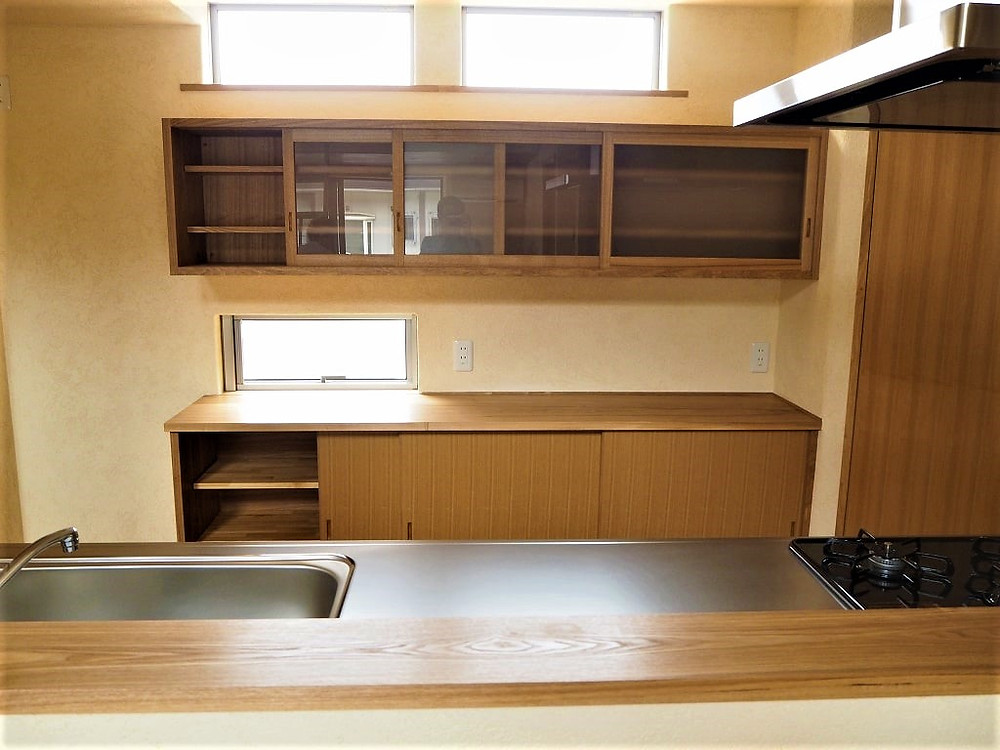 タモ材を使った食器棚
