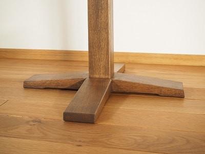 床の凹凸を拾ってガタつかないよう脚の裏側を削っています