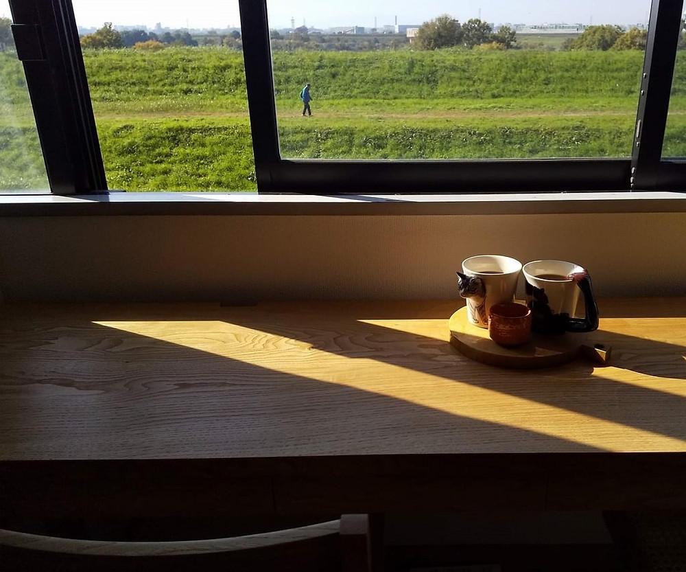 眺めのいい窓際に設置したデスクと椅子