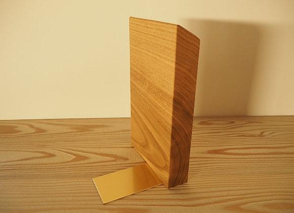 国産のクリの木と真鍮で作成したブックエンドです。