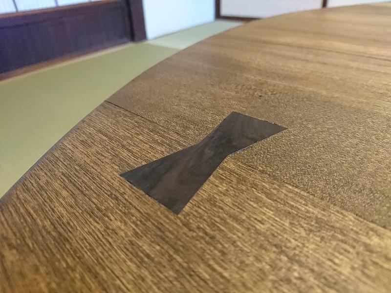 修理が完了したちゃぶ台。天板の割れた箇所に埋め込んだ千切り(契り)。
