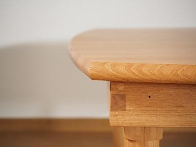 緩やかなカーブを描く縁のちゃぶ台