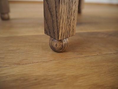 豆ちゃぶ台(豆ちゃぶ、豆卓子)の脚先は木工旋盤で丸く削っています。