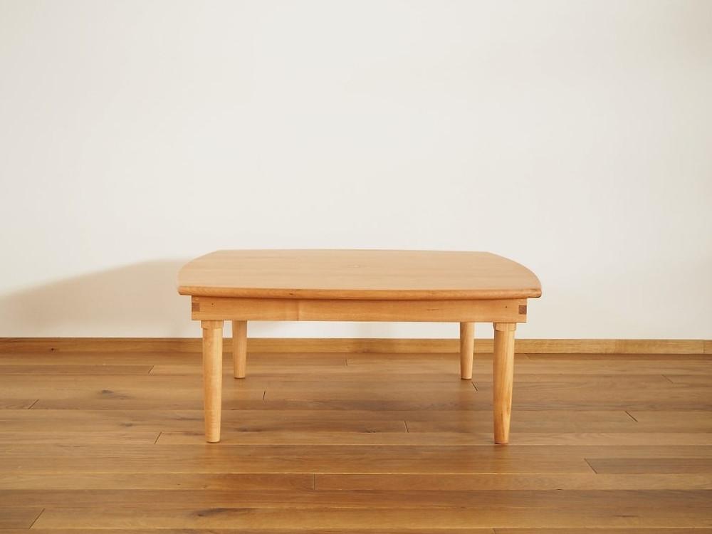緩やかなカーブを描くデザインのちゃぶ台