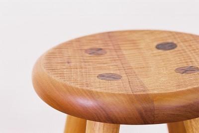 座面は、丸く彫り込んで、ノミ跡をつけています。周囲はかまぼこ面と呼ばれる面取り加工をしています。